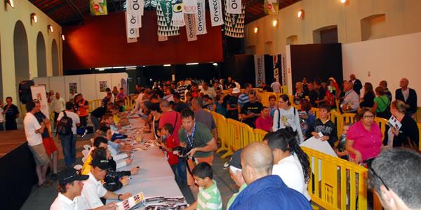 Firma de autógrafos el pasado año en el Rally Islas Canarias