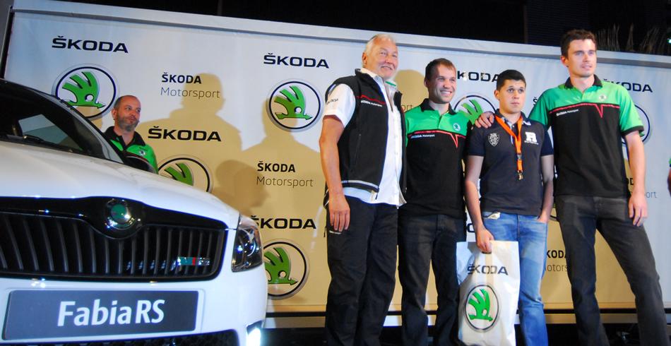 Los pilotos con el ganador del concurso