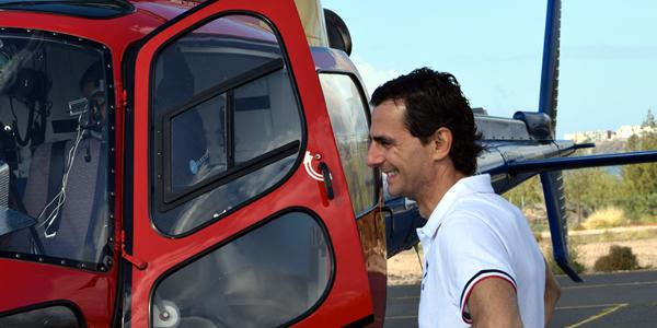 Pedro de la Rosa junto al helicóptero de seguridad del Rally