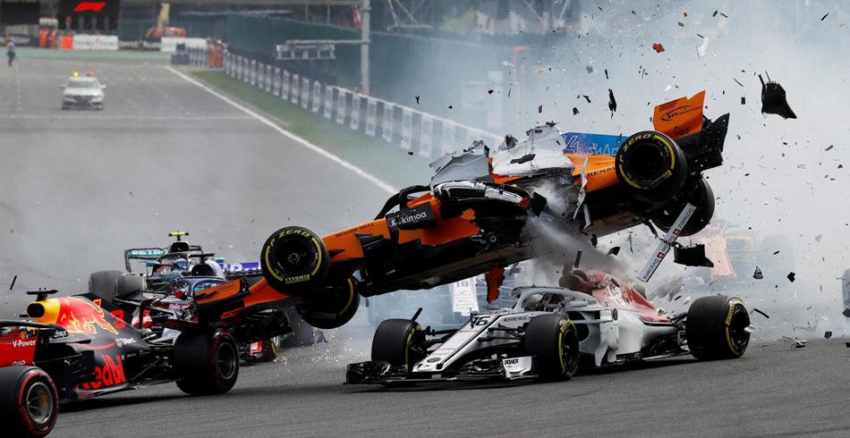 Accidente en la salida entre Alonso y Hulkenberg