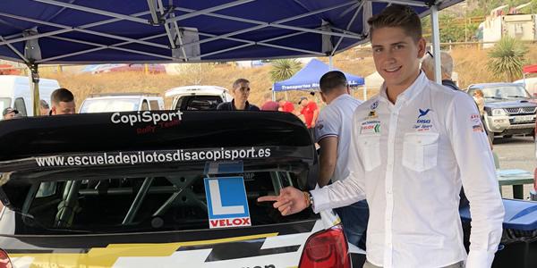 Raúl Capdevial junto al VW Polo N1