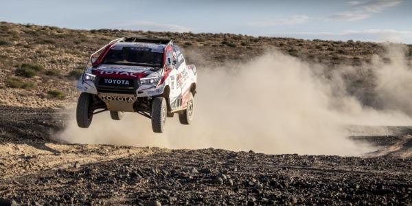 Fernando Alonso probó el Toyota Hilux ganador del Rally Dakar