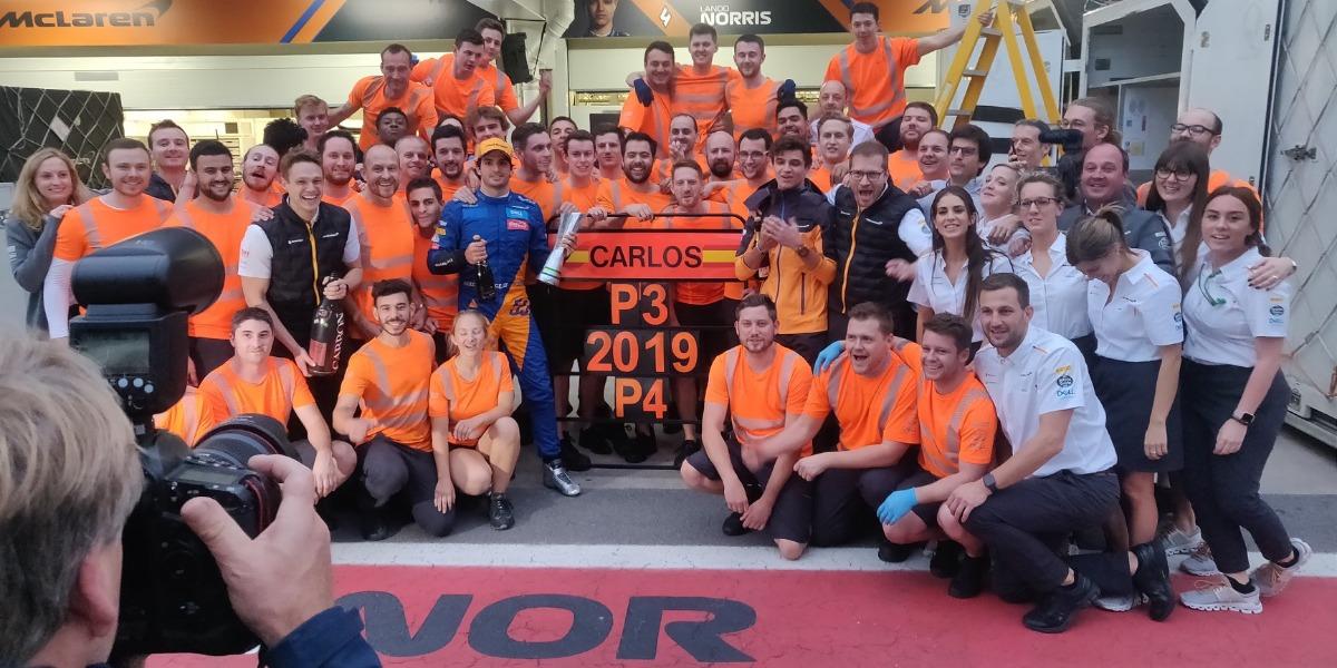 Carlos Sainz y su equipo en 2019