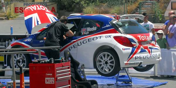 El equipo Peugeot realiza los preparativos